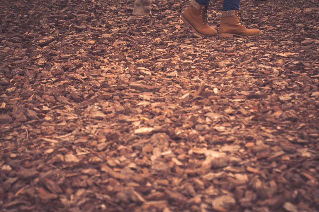 moda, mujchacha en El Toyo, Retamar, pies en hojas de otoño