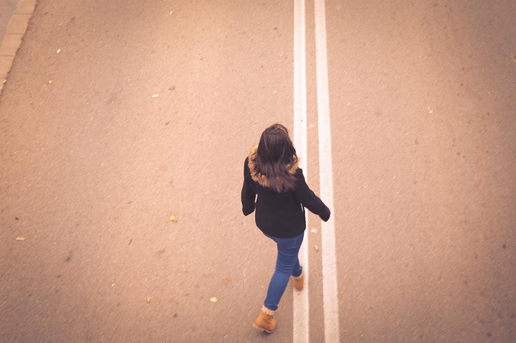 moda en El Toyo, Retamar. Muchacha andando por la carretera