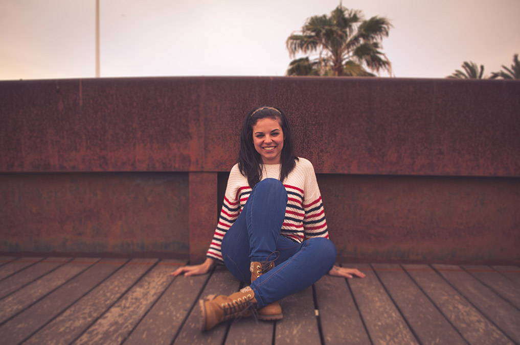 Reportaje moda en El Toyo, Retamar .Muchacha en puente