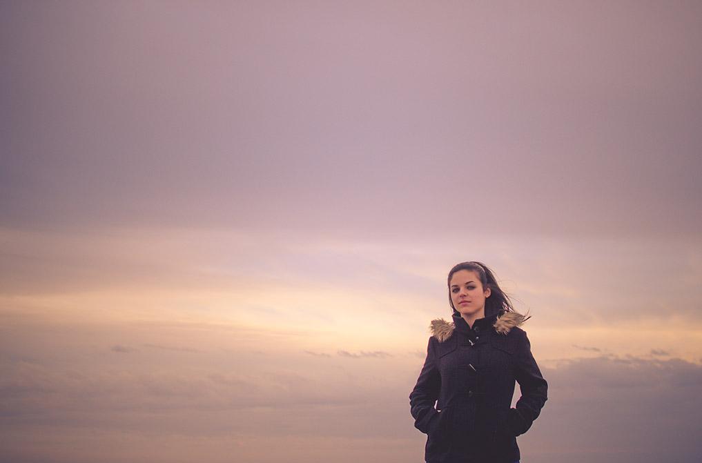 Reportaje moda, muchacha fondo de nubes  en El Toyo, Retamar