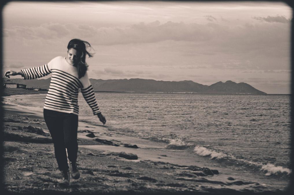 Reportaje moda, muchacha en El Toyo, Retamar. Andando por la playa
