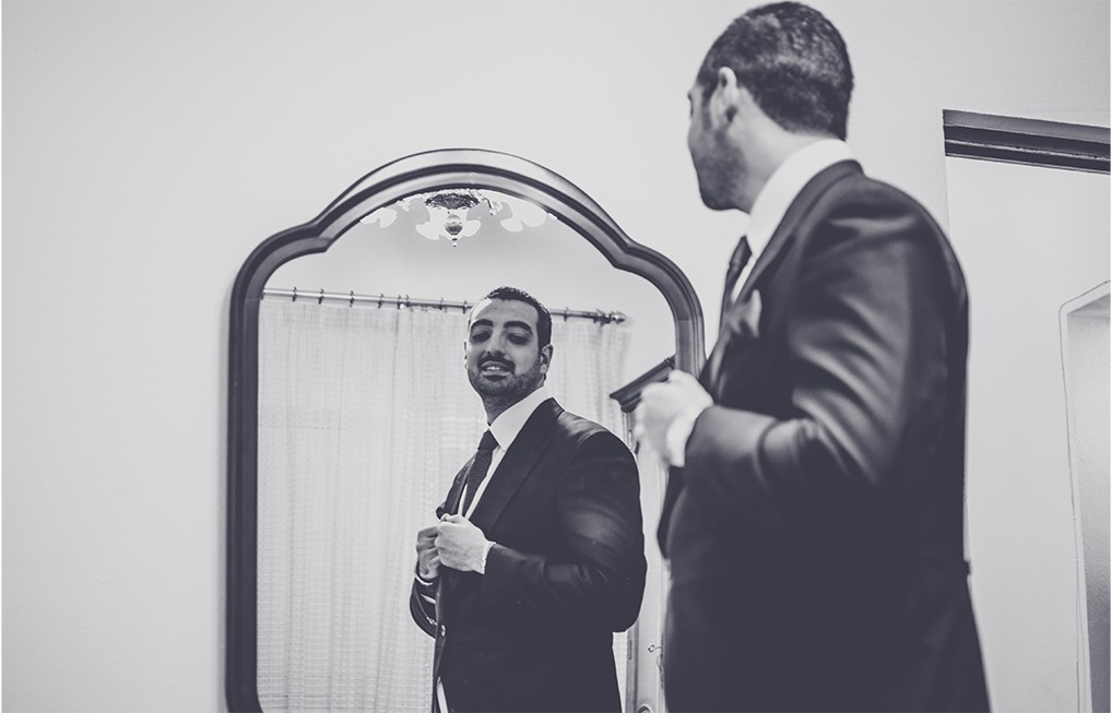 fotógrafos de boda en la iglesia de los franciscanos- el novio mirándose al espejo