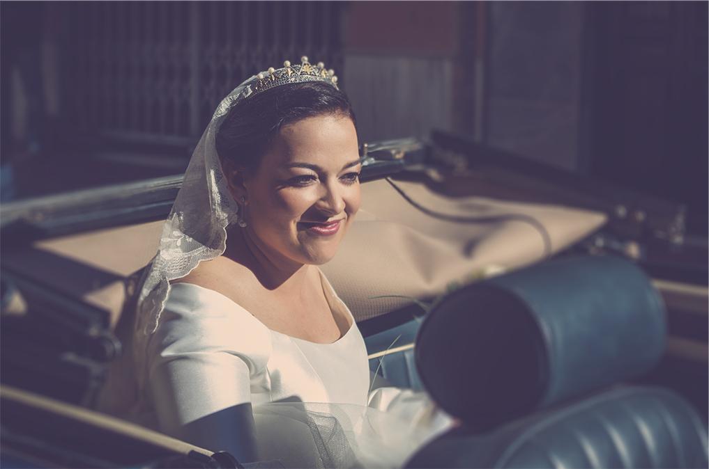 fotógrafos de boda en la plaza de toros de almería - llegando la novia en coche antiguo