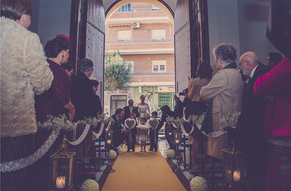 fotógrafos de boda en la plaza de toros de almería - entrando a la iglesia de los franciscanos