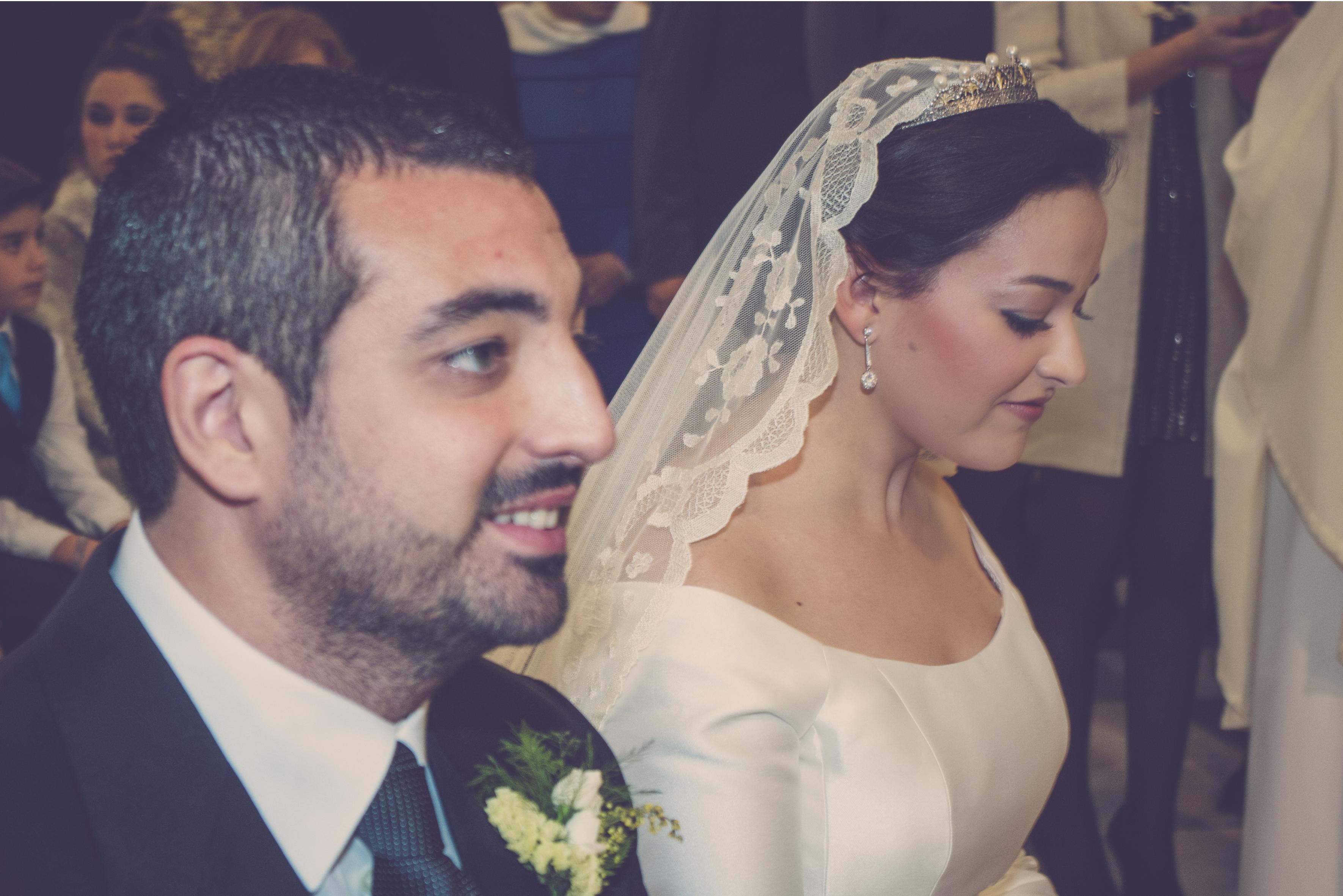 fotógrafos de boda en la plaza de toros de almería - novios en altar