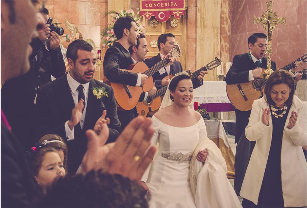 fotógrafos de boda en la plaza de toros de almería - novios bailando en misa