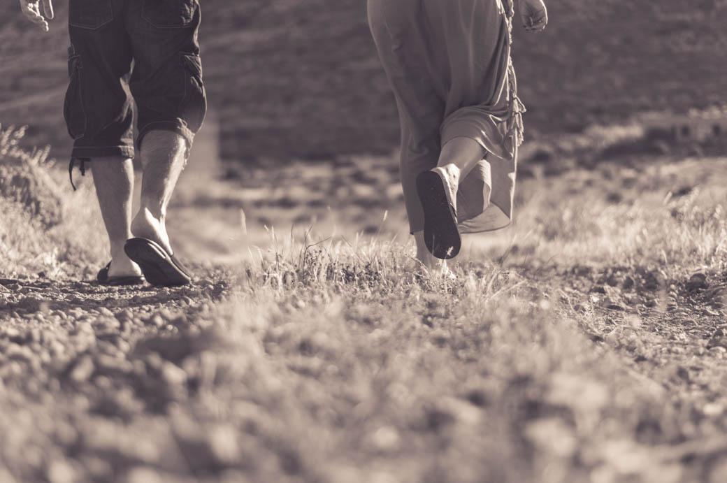 pies de pareja andando en camino -fotógrafos de bodas almería -blow up photo
