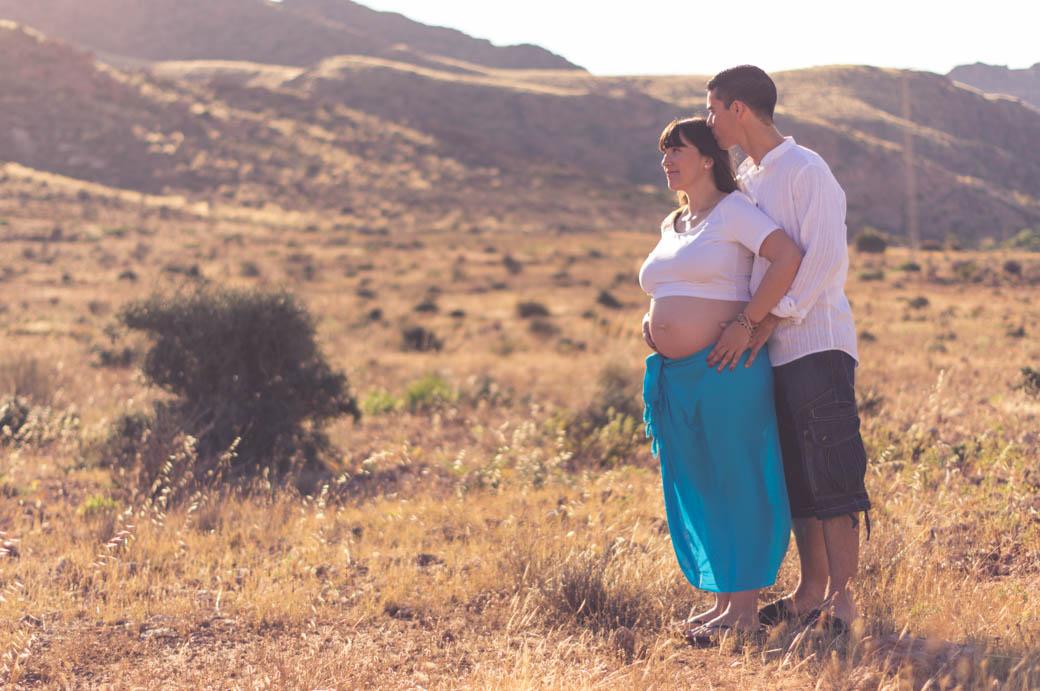 Retrato pareja embarazada padre besando cabeza madre-fotógrafos de bodas almería -blow up photo