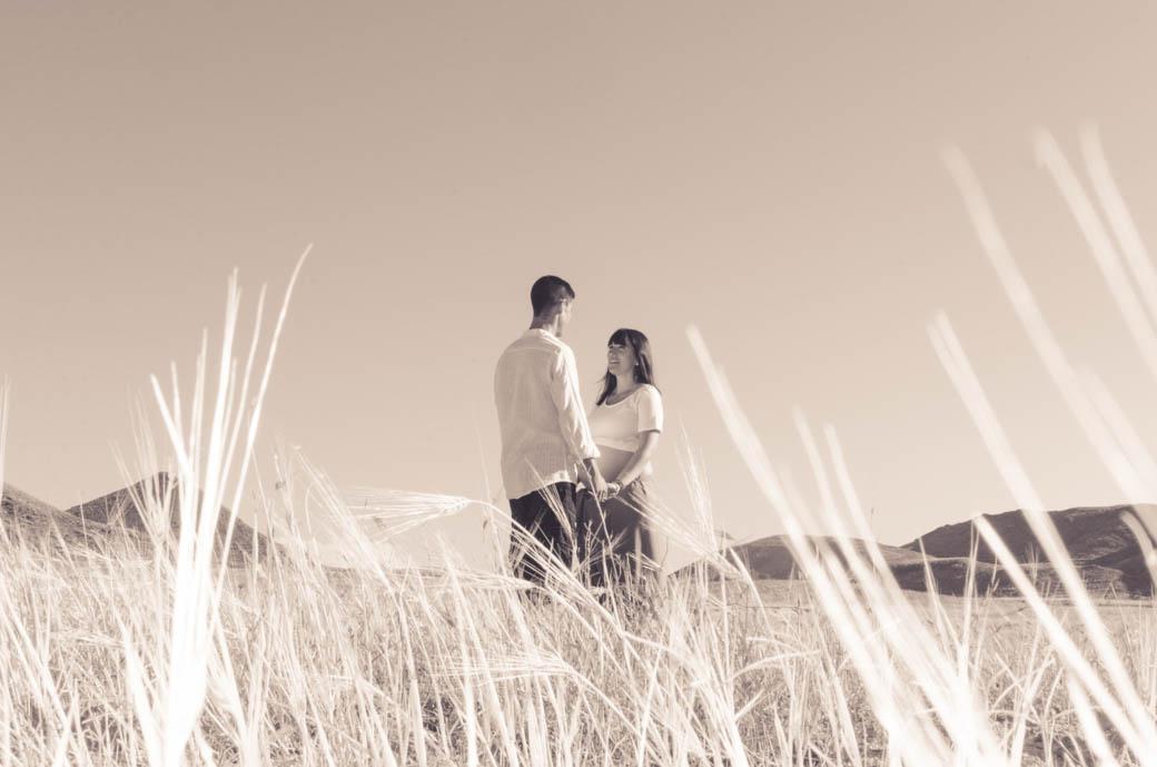 Retrato pareja embarazada en blanco y negro con cielo-fotógrafos de bodas almería -blow up photo