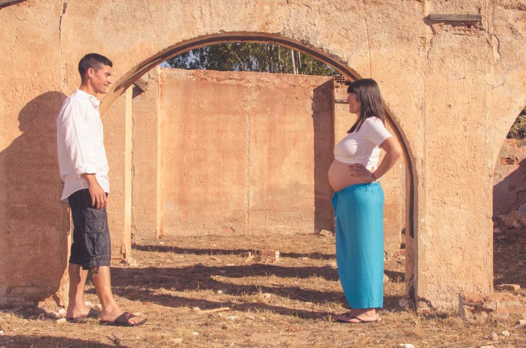embarazada y novio mirandose-fotógrafos de bodas almería -blow up photo