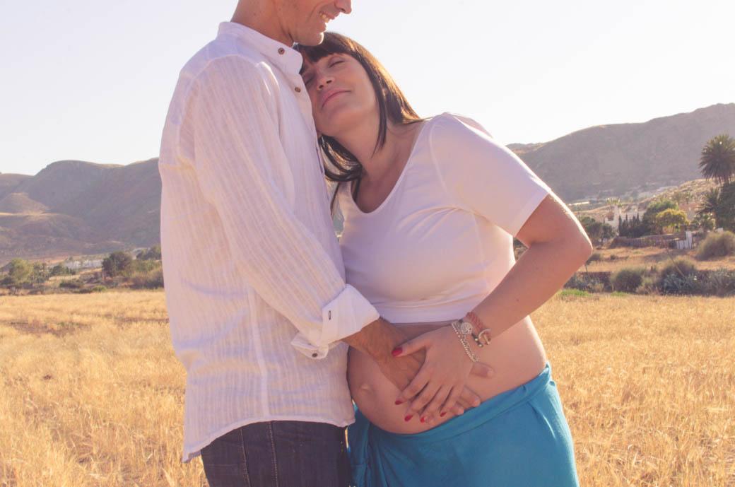 Retrato pareja embarazada madre apoyada pecho padre-fotógrafos de bodas almería -blow up photo
