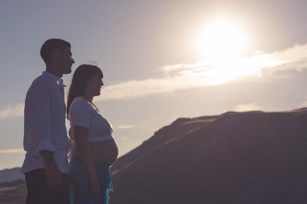 Retrato pareja embarazada a contraluz-fotógrafos de bodas almería -blow up photo