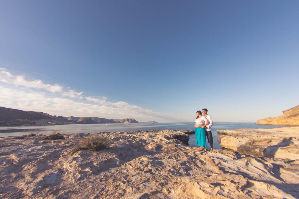 Retrato pareja embarazada con gran angular-fotógrafos de bodas almería -blow up photo