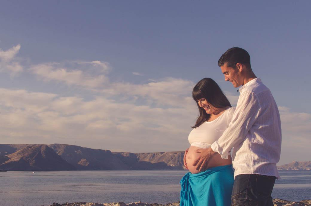 Retrato pareja embarazada en playazo de perfil-fotógrafos de bodas almería -blow up photo