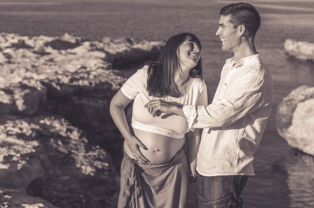 Retrato pareja embarazada riendo-fotógrafos de bodas almería -blow up photo
