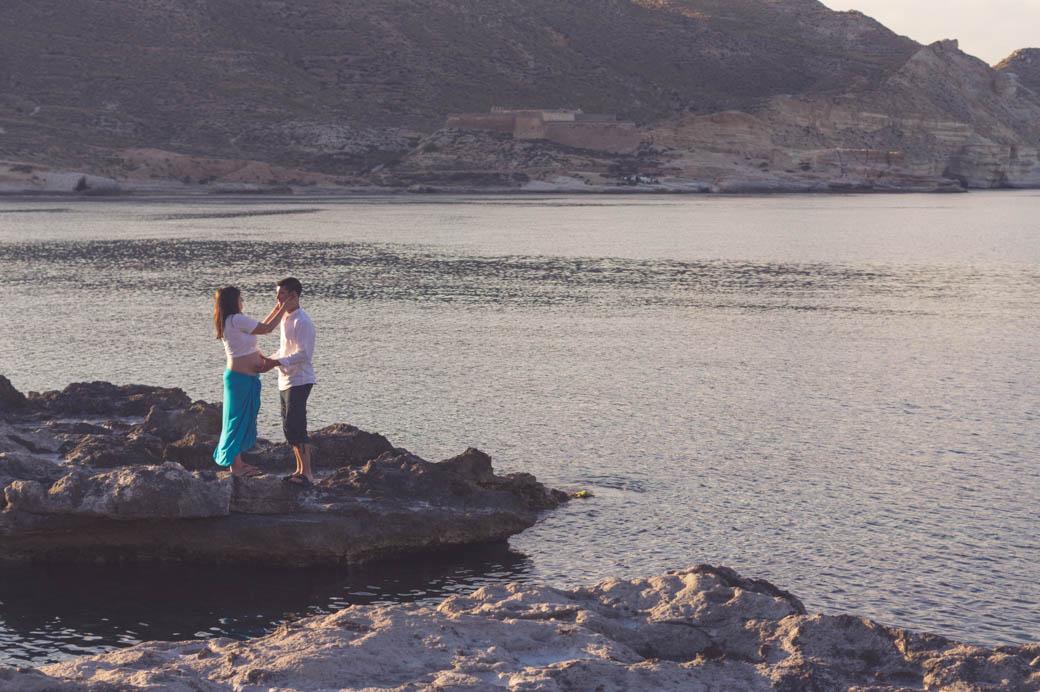 Retrato pareja embarazada acariciendose-fotógrafos de bodas almería -blow up photo