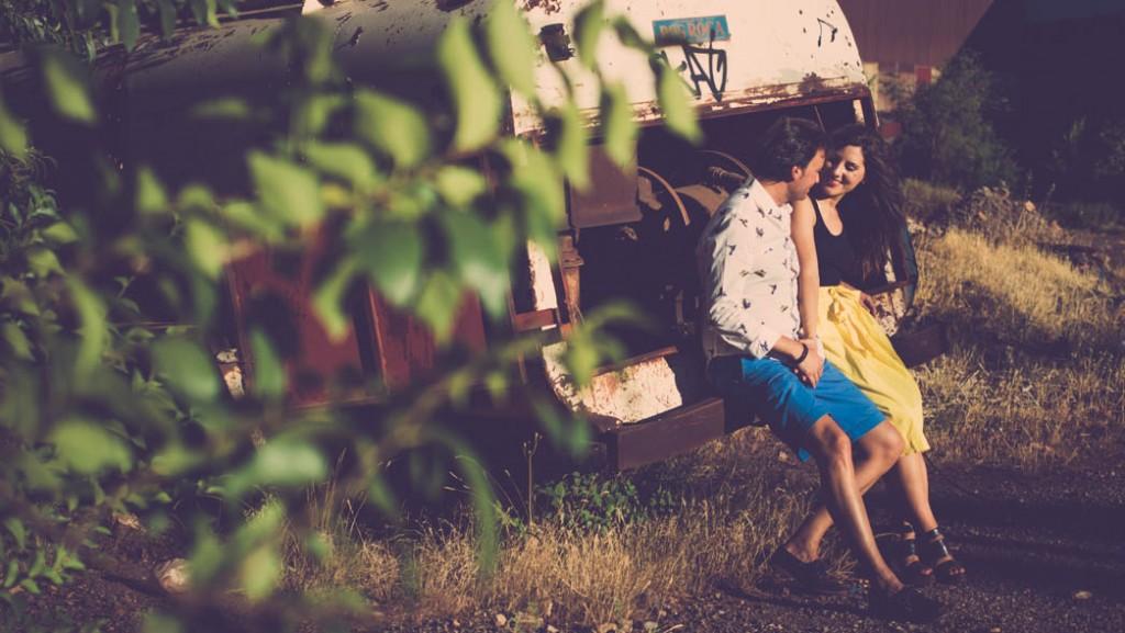 Fotografos bodas almería, preboda en alquife, pareja mirandose en la parte trasera de un camión abandonado