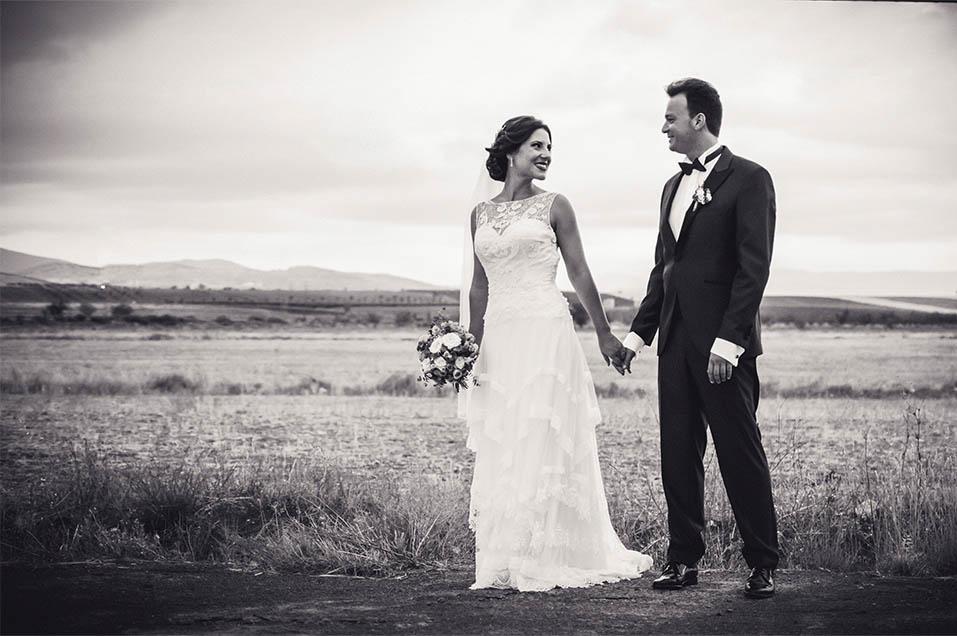 Novios dandose la mano en paisaje de campo boda jerez el marquesado fotógrafo de boda almeria