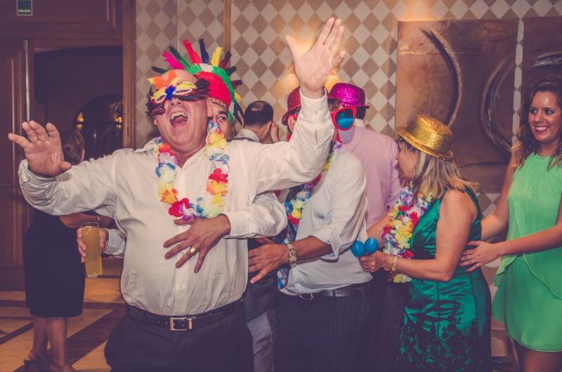 boda-momentazos de boda-fotografo-almería--divertido-espontaneo-blow up photo-11
